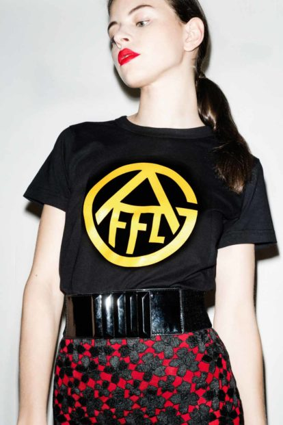 FFLAG Paris – Fight for love and glory – T-shirt femme emblème jaune – détail